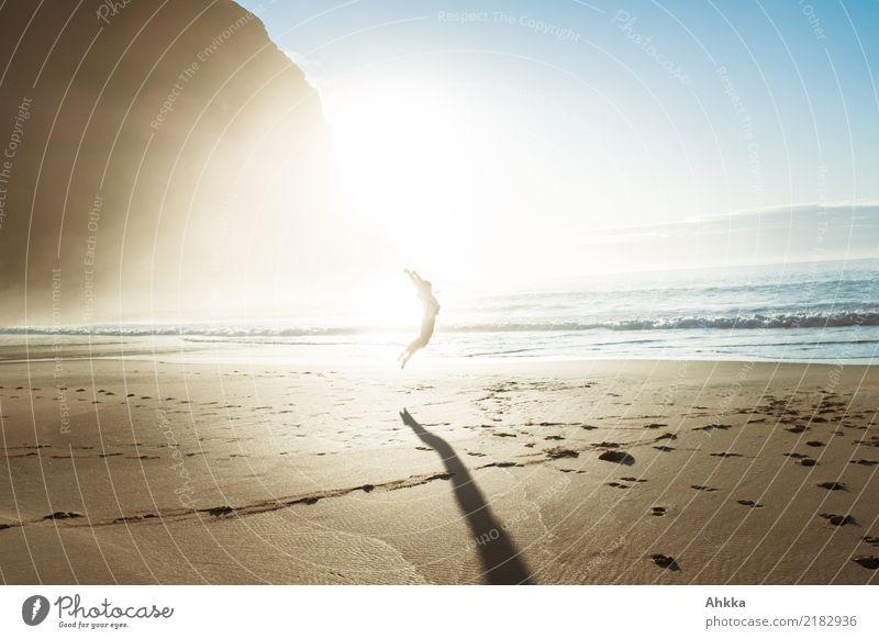 Sonnenanbetungsritual sportlich Fitness Leben Wohlgefühl 1 Mensch Natur Landschaft Schönes Wetter Nebel Berge u. Gebirge Strand Meer Lofoten springen Glück