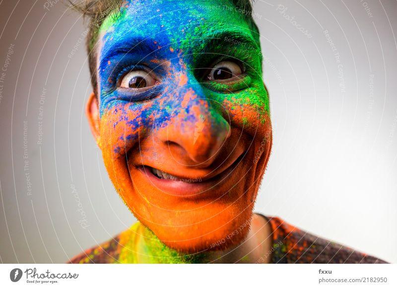 Verrückt Mann blau grün Junger Mann Gesicht gelb lachen orange Lächeln verrückt Perspektive groß Nase Pulver 1 Mensch Holi Kino