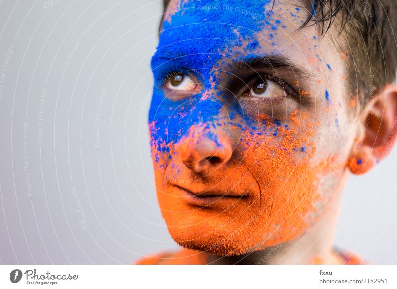 Mann mit Holi Pulver im Gesicht Jugendliche blau Farbe Farbstoff Mode Feste & Feiern orange Perspektive malen Fotokamera Schminke Kino bemalt