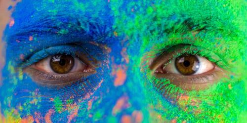 Nahaufnahme von Augen Mann blau grün Junger Mann Gesicht gelb lachen orange Lächeln verrückt Perspektive groß Nase Pulver 1 Mensch Holi Kino