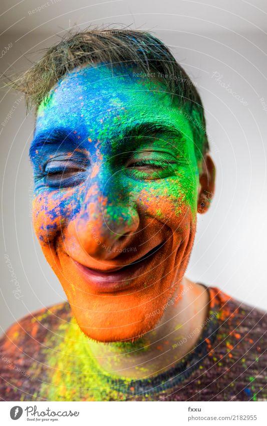 Mann mit Holi Pulver im Gesicht blau grün Junger Mann gelb lachen orange Lächeln verrückt Perspektive groß Nase 1 Mensch Holi Kino