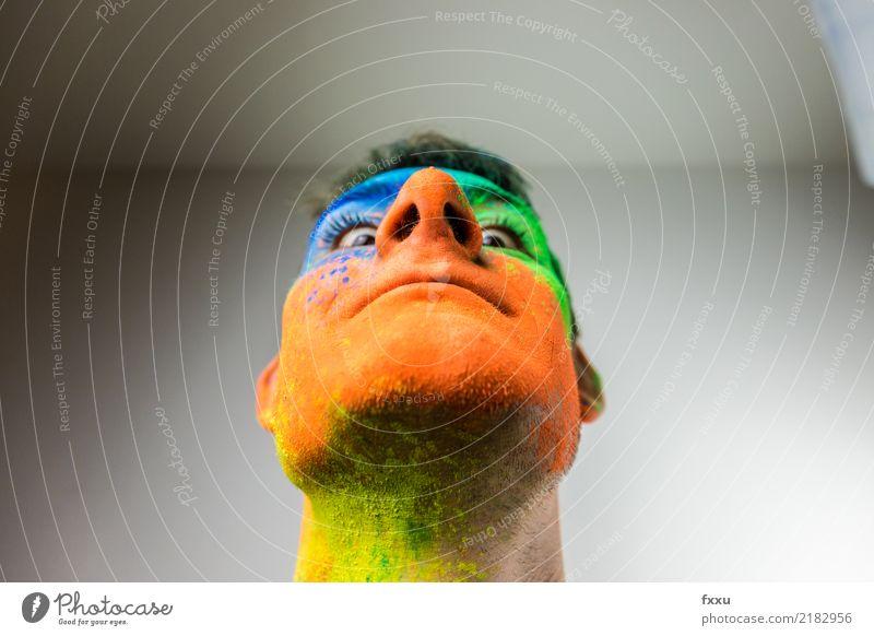 Herabblicken buntes Gesicht Mann blau grün Junger Mann gelb lachen orange Lächeln verrückt Perspektive groß Nase Pulver 1 Mensch Holi Kino
