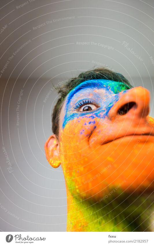 Buntes, bemaltes Gesicht Mann blau grün Junger Mann gelb lachen orange Lächeln verrückt Perspektive groß Nase Pulver 1 Mensch Holi Kino