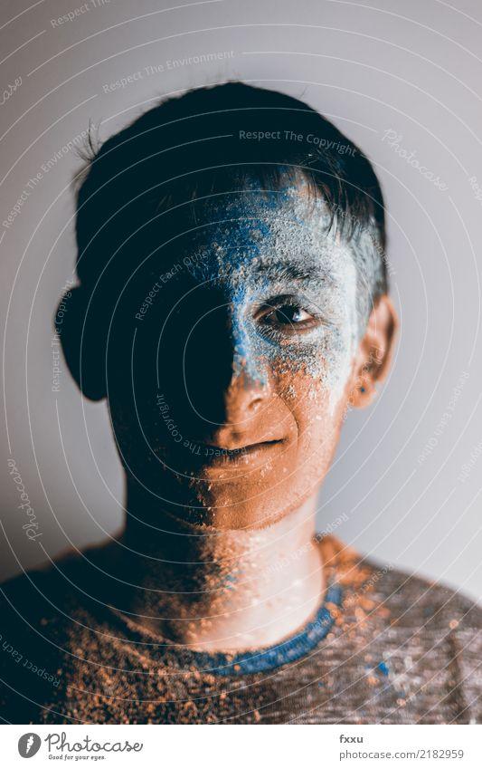 Mann mit Holi Pulver im Gesicht blau Farbe Junger Mann Farbstoff Feste & Feiern orange Perspektive malen fest gruselig bemalt 1 Mensch Farbpulver
