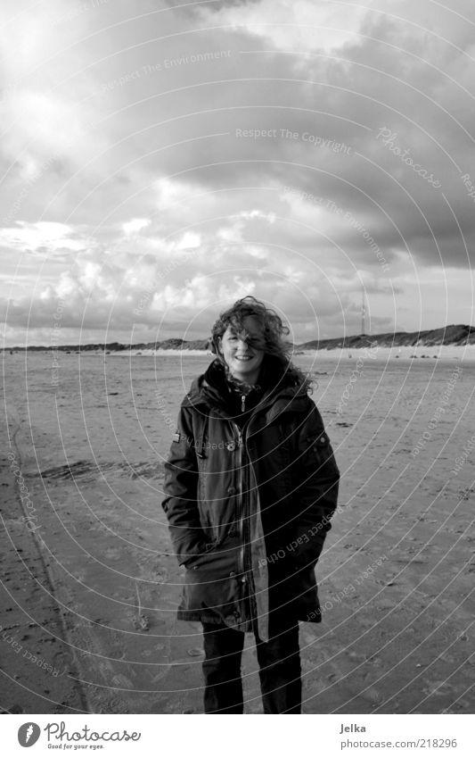 herbstzeit Mensch Jugendliche Meer Strand Ferien & Urlaub & Reisen Wolken Ferne Herbst feminin Freiheit lachen Sand Landschaft Küste Erwachsene Wind