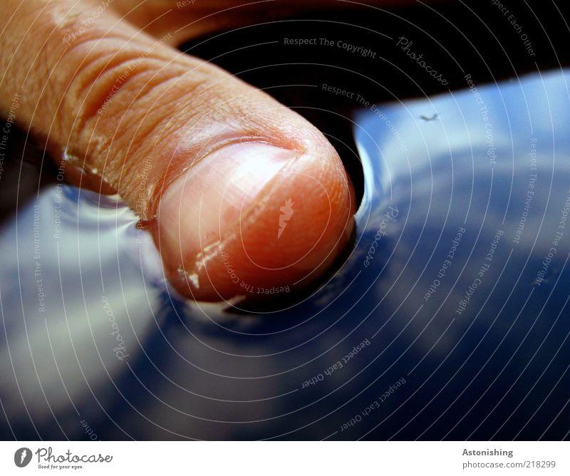 Daumen (halb)hoch! Haut Hand Finger Wasser Wassertropfen liegen blau Oberflächenspannung Daumennagel Hautfalten Wolken Reflexion & Spiegelung Himmel weiß