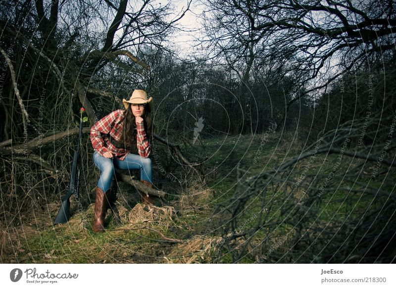 großbildjagd Stil Freiheit Expedition Frau Erwachsene 1 Mensch Natur Pflanze Baum Sträucher Garten Wald Hemd Stiefel Hut brünett Locken Erholung träumen warten