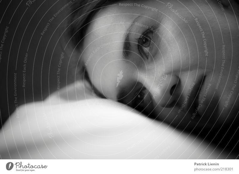 Lovesick Frau Mensch Jugendliche schön Auge dunkel feminin Gefühle träumen Kopf Traurigkeit Denken Mund Stimmung Erwachsene Nase