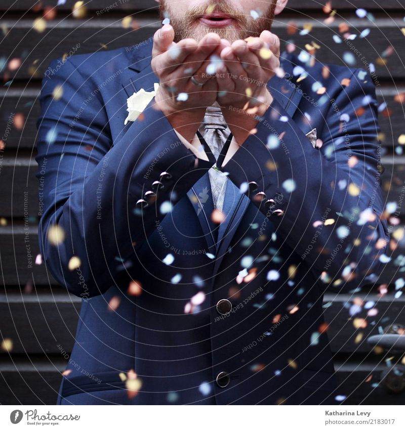 Konfetti Bräutigam Hochzeit Mensch Jugendliche Mann blau Stadt Hand Freude 18-30 Jahre Erwachsene Leben Spielen Mode Party Feste & Feiern fliegen wild