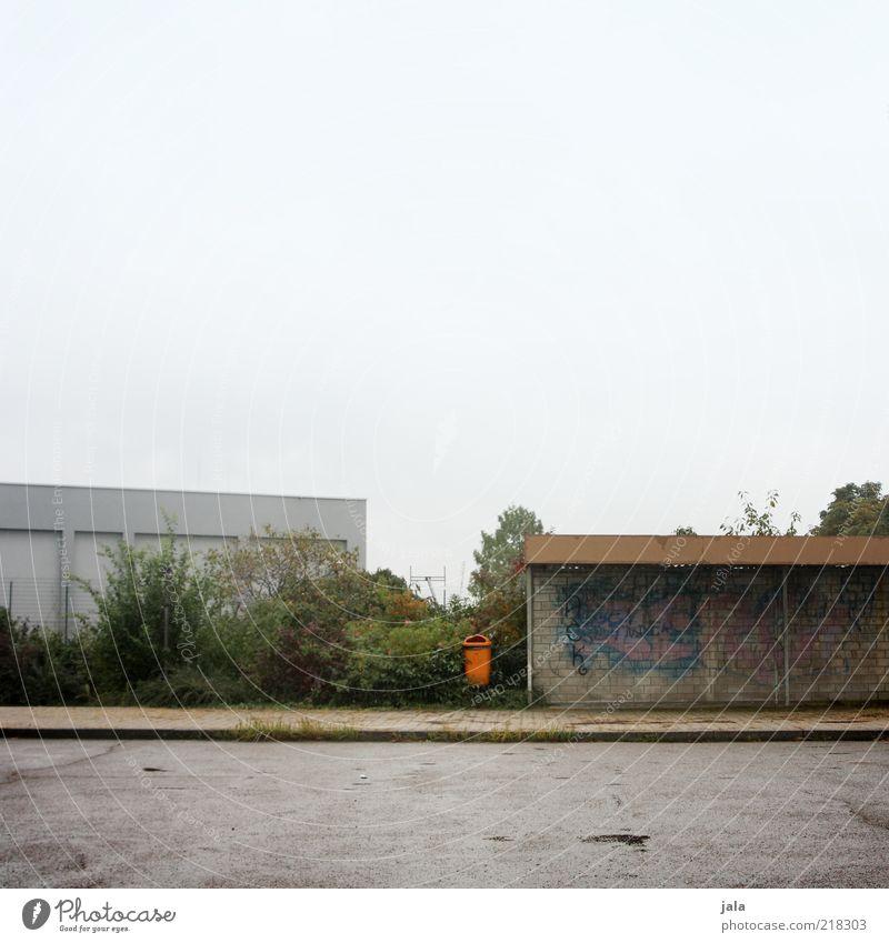 school bus stop Himmel grün Pflanze Straße grau Wege & Pfade Gebäude Graffiti Architektur Platz trist Sträucher Bauwerk Müllbehälter Haltestelle Bushaltestelle