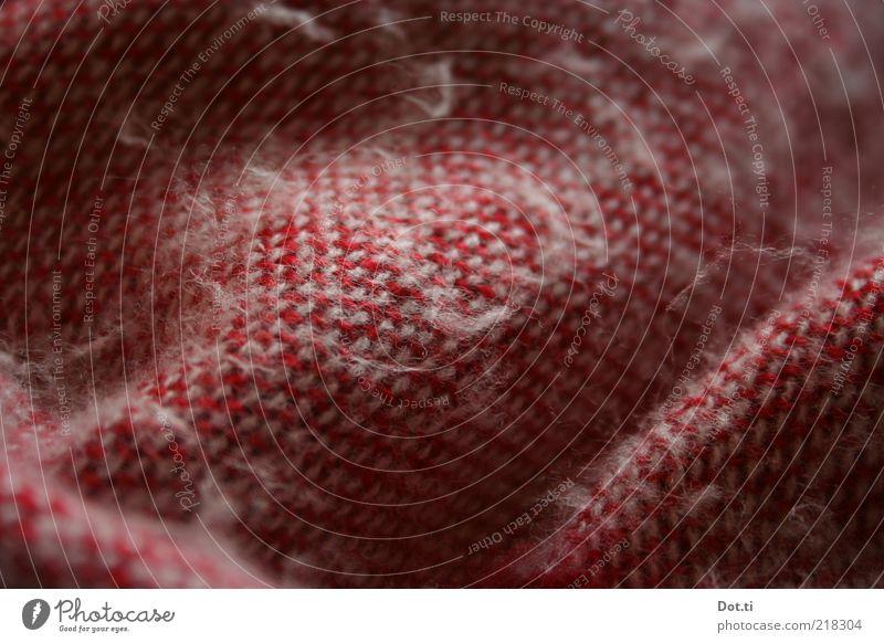 Frierhippe Stil kuschlig weich rot Geborgenheit Decke Wolldecke Textilien Fussel Farbfoto Innenaufnahme Nahaufnahme Detailaufnahme Muster Strukturen & Formen