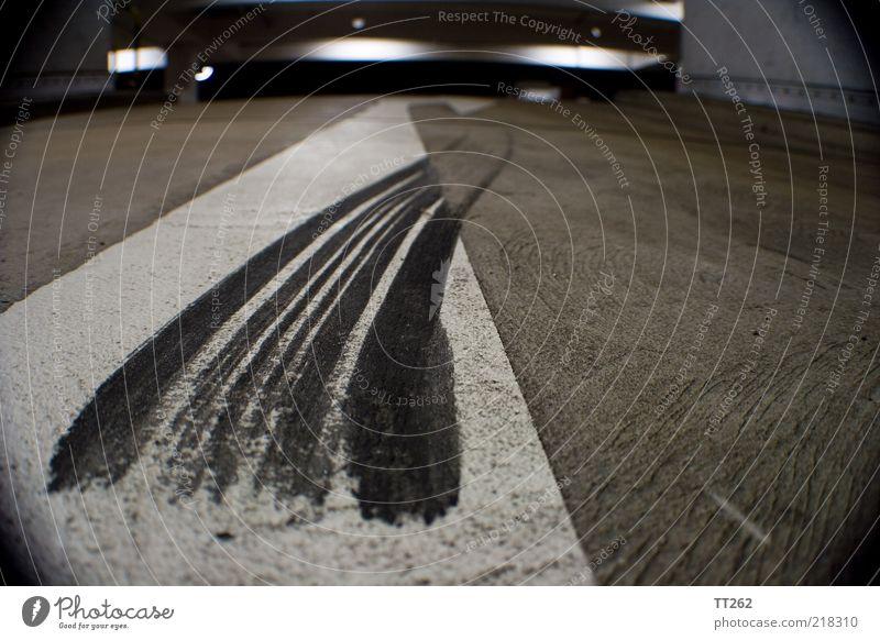 Abgefahren... weiß schwarz Straße grau Angst dreckig Beton Verkehr Sicherheit Streifen Pfeil Verkehrswege Autofahren chaotisch Parkhaus Schilder & Markierungen