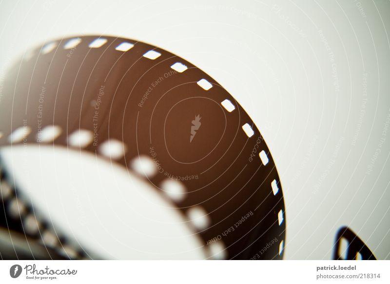 Langzeitbelichtung Fotografie retro Filmmaterial entwickeln Technikfotografie abgerollt alt analog Nostalgie Farbfoto Gedeckte Farben Innenaufnahme Nahaufnahme