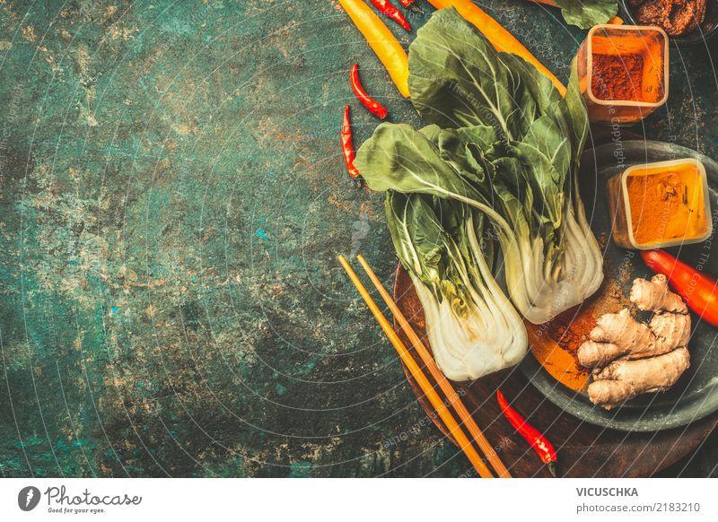 Asiatische Kochzutaten mit Pak Choi und Gewürze Lebensmittel Gemüse Kräuter & Gewürze Öl Ernährung Asiatische Küche Geschirr Teller Schalen & Schüsseln Stil