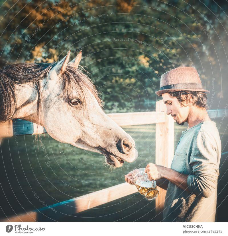 Bier für Pferdchen Mensch Natur Jugendliche Junger Mann Hand Tier Freude Lifestyle lustig Gefühle Stimmung Humor Oktoberfest
