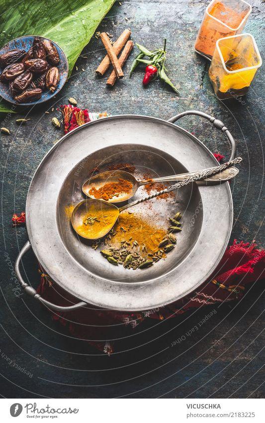 Verschiedene bunte Gewürze in Löffel auf alter Schüssel Lebensmittel Kräuter & Gewürze Ernährung Asiatische Küche Geschirr Teller Schalen & Schüsseln Stil