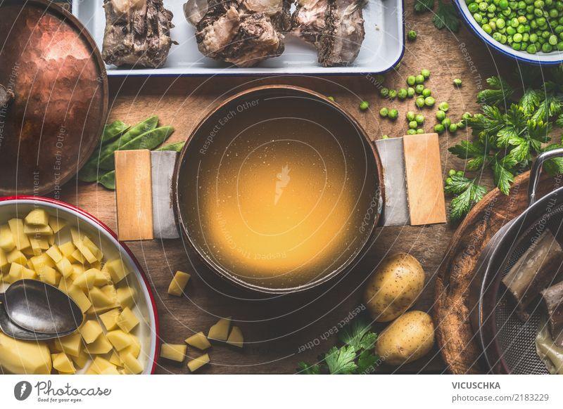 Topf mit Fleischbrühe Lebensmittel Gemüse Suppe Eintopf Kräuter & Gewürze Ernährung Mittagessen Abendessen Bioprodukte Geschirr Löffel Stil Design
