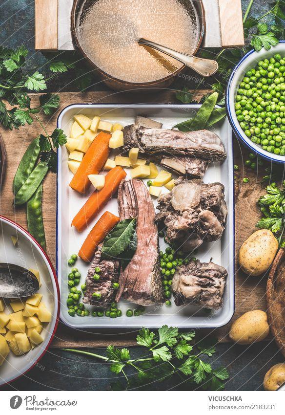 Kartoffelsuppe mit Fleisch und grüne Erbsen Lebensmittel Gemüse Suppe Eintopf Kräuter & Gewürze Ernährung Mittagessen Bioprodukte Geschirr Teller