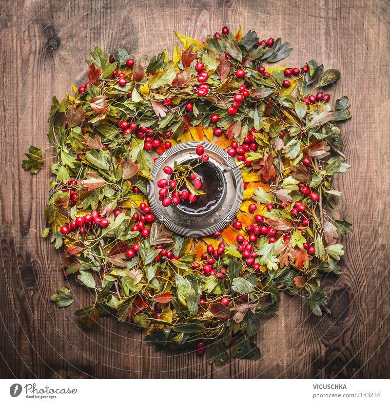 Kranz aus Herbstlaub und Beeren und TasseTee Lebensmittel Getränk Heißgetränk Stil Design Häusliches Leben Tisch Erntedankfest Wärme gelb Symbole & Metaphern
