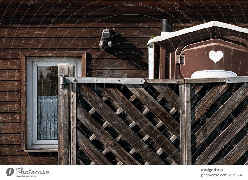 Hausfrieden Fenster Wand Mauer Herz Fassade Sicherheit Neugier Kunststoff Schutz geheimnisvoll Vertrauen Toilette Zaun Hütte Interesse