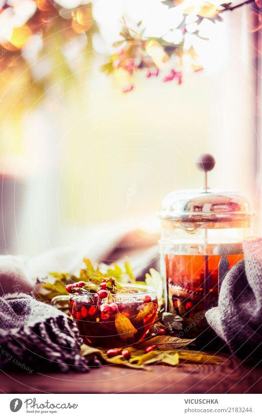 Herbst. Tee. Fenster Getränk Heißgetränk Geschirr Tasse Lifestyle Stil Design Gesunde Ernährung Leben Häusliches Leben Wohnung Tisch Natur Wärme Schal gelb
