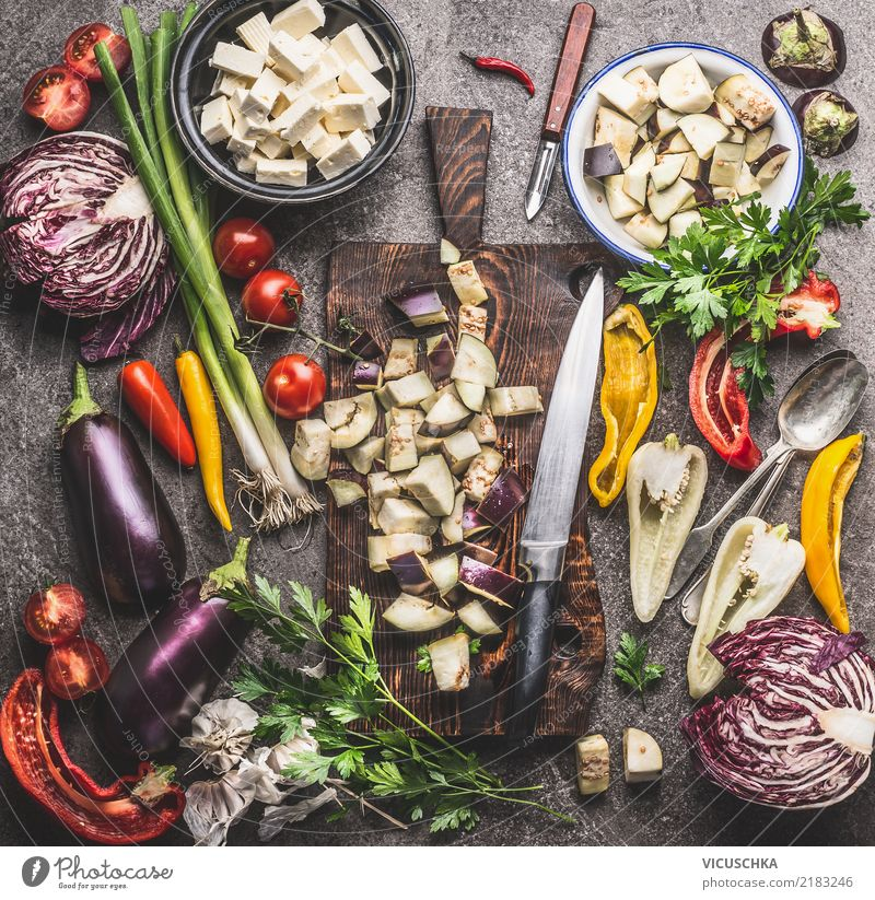 Küchentisch mit Gemüse Zutaten, Schneidebrett und Messer Lebensmittel Kräuter & Gewürze Öl Ernährung Mittagessen Abendessen Bioprodukte Vegetarische Ernährung