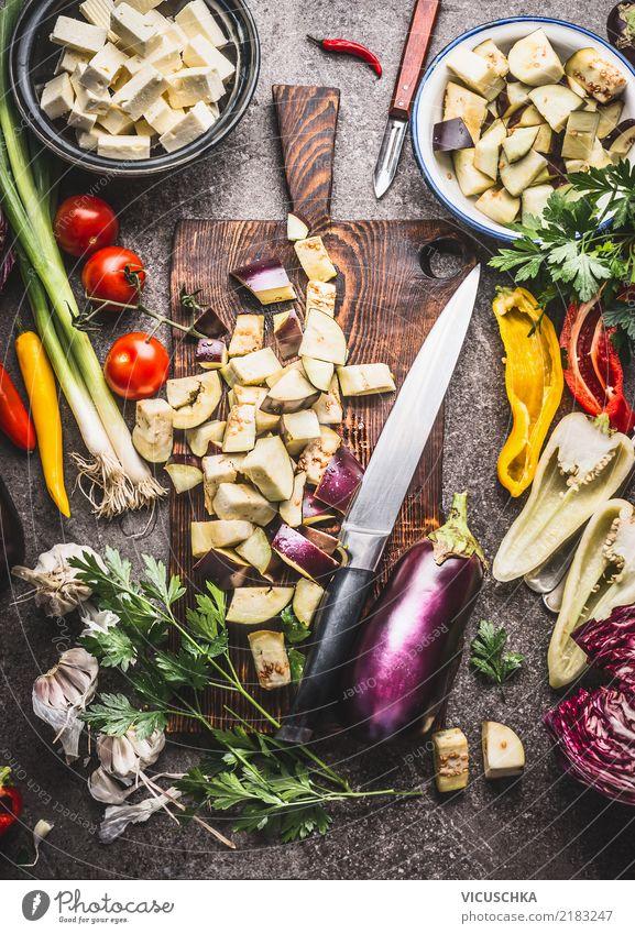 Gehackte Aubergine mit vegetarischen Kochzutaten Lebensmittel Gemüse Kräuter & Gewürze Ernährung Bioprodukte Vegetarische Ernährung Diät Geschirr Messer Stil