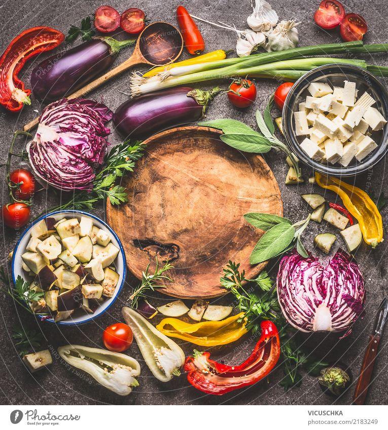 Verschiedene Gemüse Zutaten um Holzplatte mit Kochlöffel Lebensmittel Salat Salatbeilage Suppe Eintopf Kräuter & Gewürze Ernährung Bioprodukte