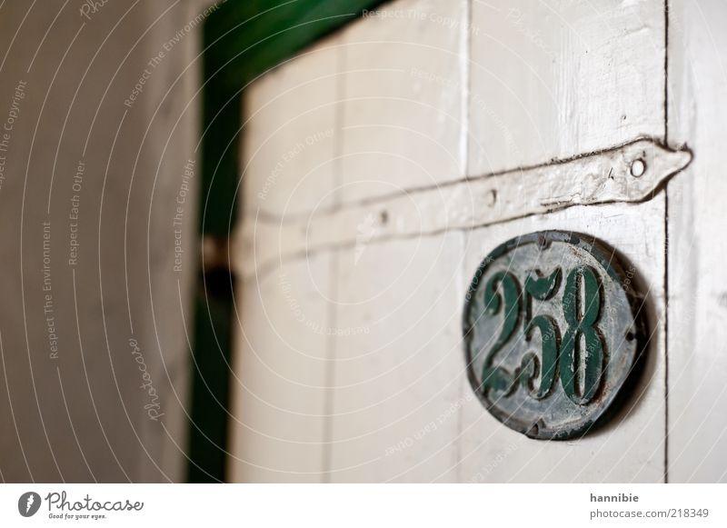 258 alt weiß grün Einsamkeit Holz Metall dreckig Tür Schilder & Markierungen Ziffern & Zahlen vergessen altmodisch staubig Schwache Tiefenschärfe lackiert