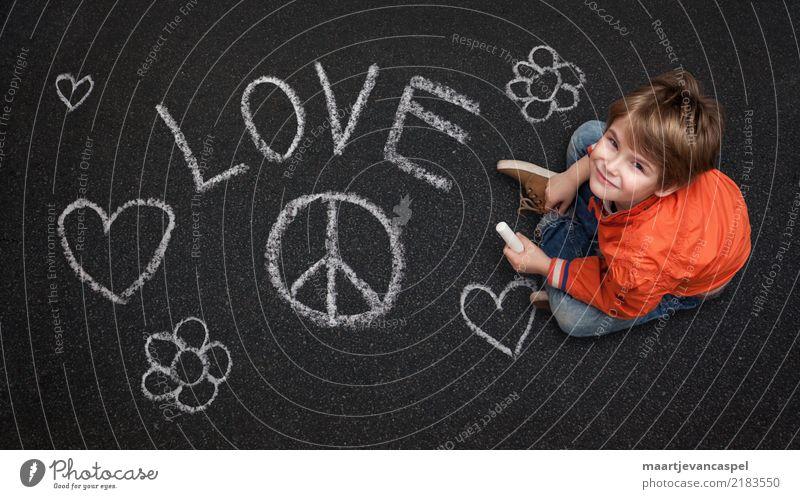 Junge mit Kreide will Frieden und Liebe Mensch maskulin Kind Kindheit Leben 1 3-8 Jahre Straße Jeanshose Kreidezeichnung Lächeln lachen Fröhlichkeit Glück grau