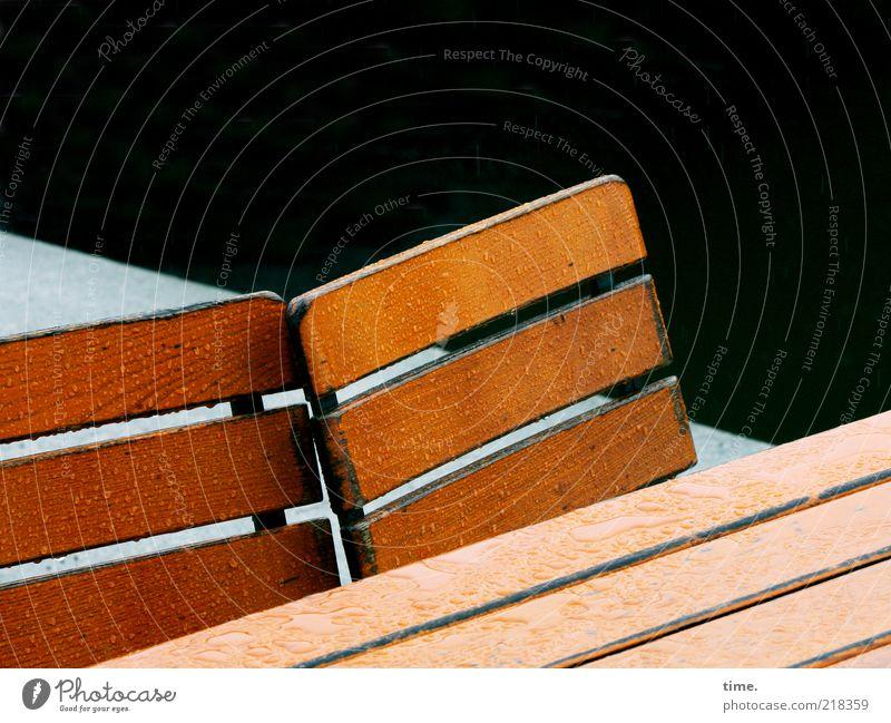 Warten auf Kundschaft schwarz Holz Regen braun hell nass Wassertropfen Tisch leer Stuhl Langeweile feucht diagonal Regenwasser verdeckt Stuhllehne