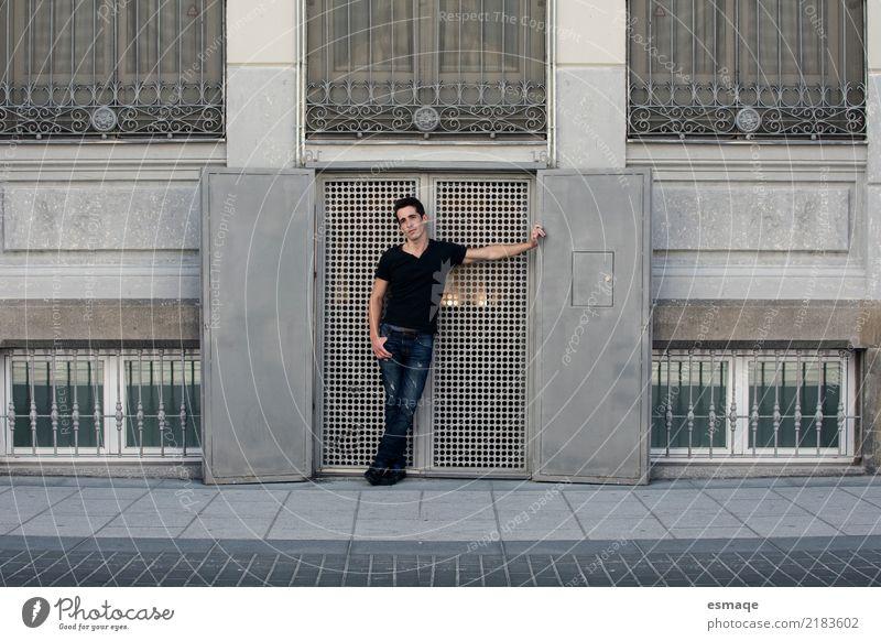 Street Porträt Mann Jugendliche Junger Mann Erotik Freude 18-30 Jahre Erwachsene Wand Lifestyle Stil Mauer Business Mode Design maskulin modern elegant