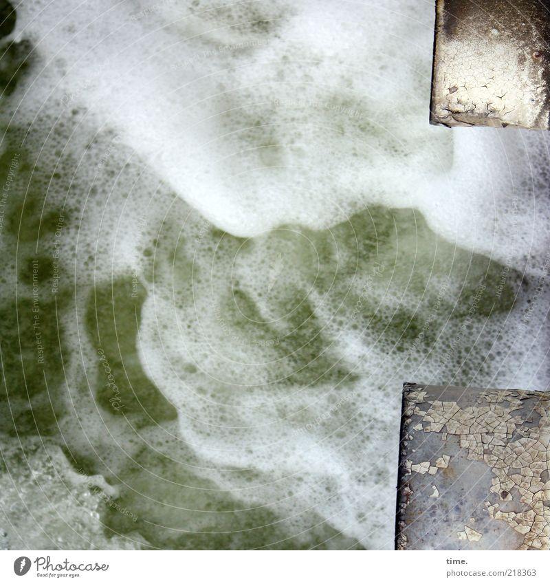 Aufruhr Wasser Schaum sprudelnd Röhren Eisenrohr 2 Metall Metallwaren Lack abblättern feucht nass Außenaufnahme Menschenleer Gischt weiß grün Verwirbelung Heck
