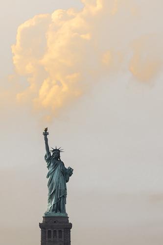 Freiheit New York City USA Stadt Sehenswürdigkeit Wahrzeichen Freiheitsstatue Frieden Wolken Fackel Rauchwolke Farbfoto Außenaufnahme Menschenleer