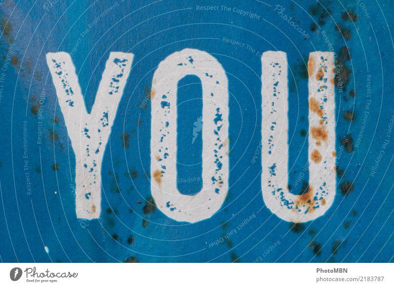 YOU Design Metall Rost Schriftzeichen blau weiß Farbfoto Außenaufnahme Detailaufnahme Menschenleer Totale