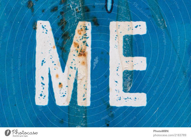 Me Design Metall Rost Schriftzeichen blau weiß Farbfoto Außenaufnahme Detailaufnahme Menschenleer Totale