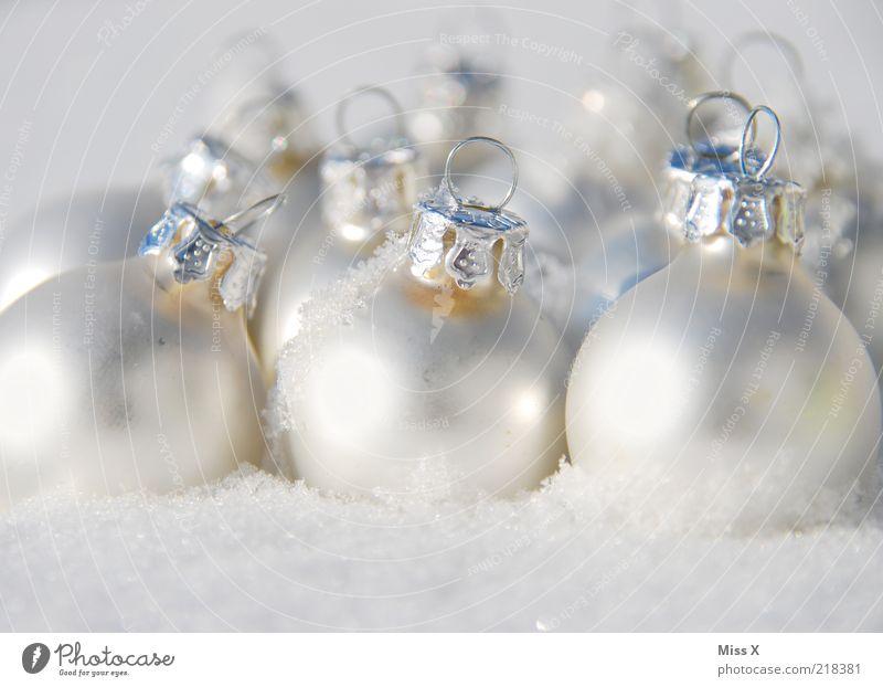 Schneekugeln Winter Eis Frost glänzend kalt rund silber weiß Weihnachtsdekoration Glaskugel Kugel Dekoration & Verzierung Baumschmuck Christbaumkugel Farbfoto