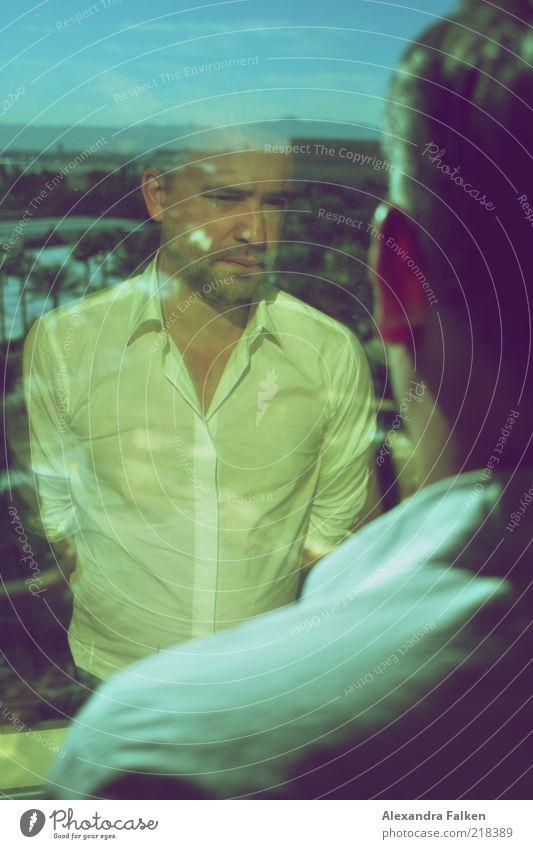 Mann am Fenster I Mensch Ferne Leben Denken Erwachsene maskulin elegant Horizont Coolness nachdenklich Hemd Porträt Fensterscheibe Spiegelbild
