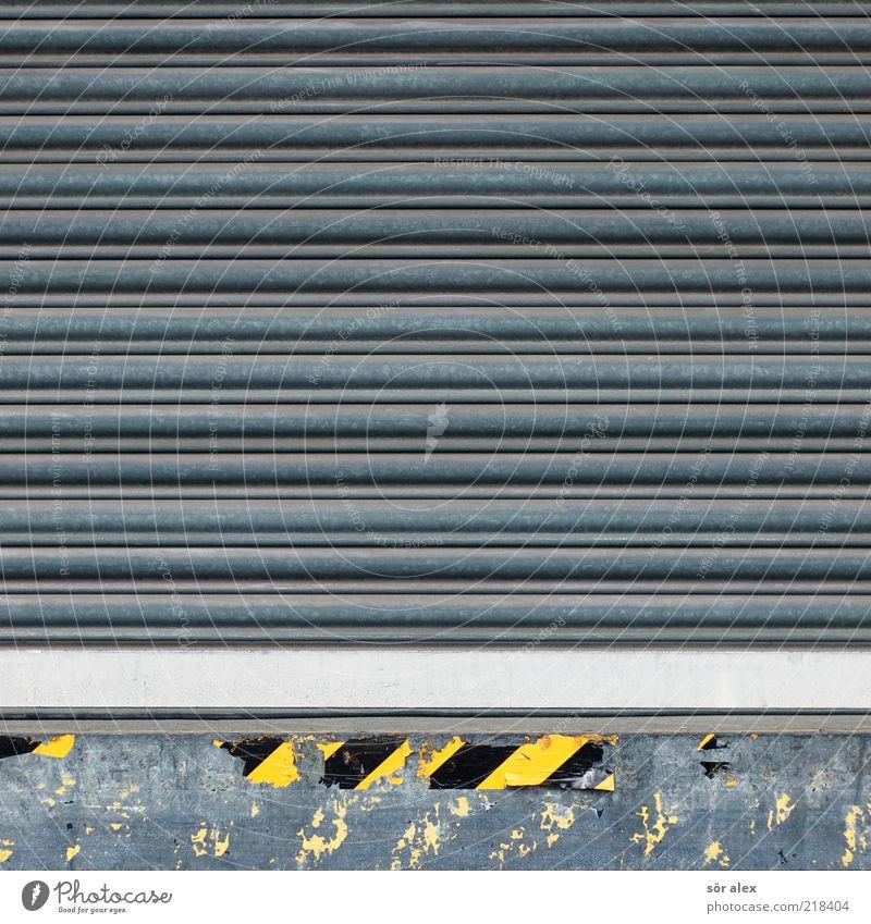 Wareneingang Lager Tor Metall gelb schwarz silber grau Blech Dienstleistungsgewerbe Handel Güterverkehr & Logistik Laderampe Warnung Warnhinweis