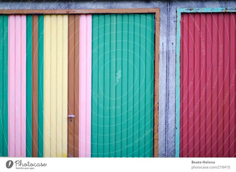 Modische Garagentor-Komposition Freude Gefühle Metall Fassade Fröhlichkeit Lifestyle außergewöhnlich Freundlichkeit Gemälde gestreift Textfreiraum Farbfleck