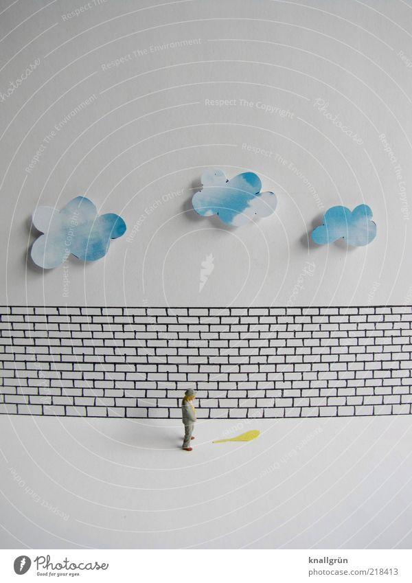 Pinkelpause Mensch Mann blau weiß Wolken schwarz Erwachsene gelb Wand Mauer Kunst nass maskulin frei stehen festhalten