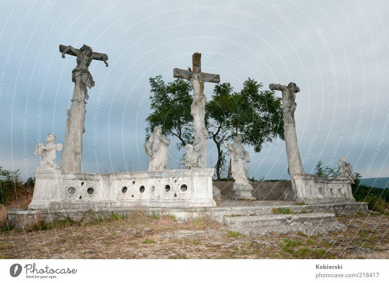 Kreuzgang Skulptur Denkmal Sehenswürdigkeit Wahrzeichen Stein Engel Kreuzigungsdarstellung hängen historisch blau braun grau Mitgefühl Glaube Traurigkeit Trauer