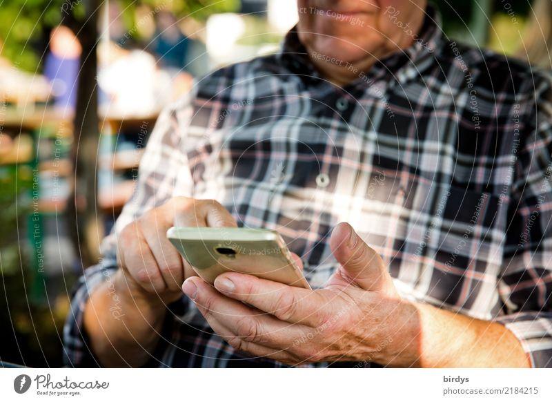 mit der Zeit gehen Mensch Mann Hand Freude Leben Senior Zufriedenheit maskulin Kommunizieren 60 und älter Telekommunikation authentisch Zukunft kaufen
