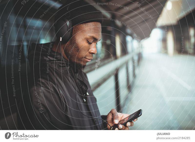 Junger Mann hört Musik in der städtischen Ära Lifestyle Freizeit & Hobby Ferien & Urlaub & Reisen Telefon Headset MP3-Player Technik & Technologie