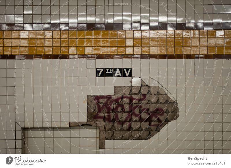Brooklyn Underground weiß Stadt rot gelb Wand Mauer Graffiti kaputt Streifen Fliesen u. Kacheln verfallen U-Bahn Verfall Verkehrswege Loch New York City