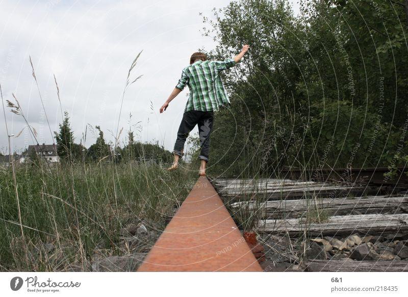 auf voller linie abenteuerlustig Spielen Abenteuer Freiheit Mensch maskulin Junger Mann Jugendliche Erwachsene 1 Gleise Erholung ästhetisch außergewöhnlich