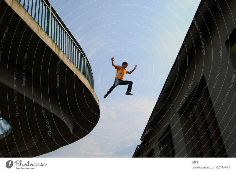 sprung Mensch Mann Jugendliche blau Stadt Haus Erwachsene Sport springen Glück Fassade Freizeit & Hobby fliegen wild laufen maskulin
