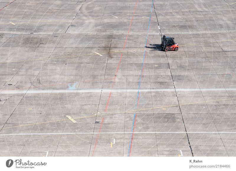 Gabelstapler Einsamkeit Bewegung grau Arbeit & Erwerbstätigkeit Luftverkehr Beginn einfach Industrie Beton Baustelle planen Güterverkehr & Logistik Beruf fahren