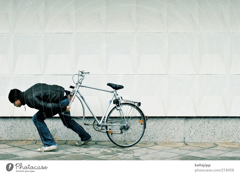 reifenpanne Fahrrad Mensch maskulin Mann Erwachsene Leben 1 30-45 Jahre Fahrradfahren Fußgänger tragen Panne ziehen anstrengen kaputt fehlen verlieren Schaden