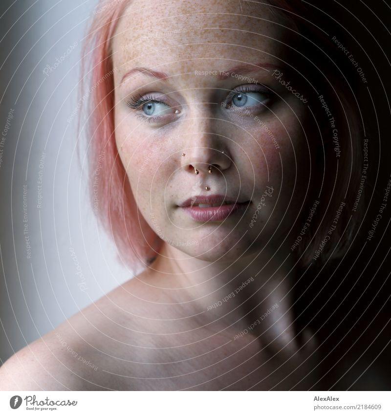 Portrait einer jungen, sommersprossigen Frau am Fenster Glück schön Haut Gesicht Sinnesorgane Junge Frau Jugendliche Sommersprossen 18-30 Jahre Erwachsene